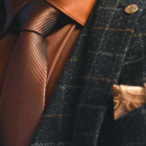 Hnedá kravata, elegentná formálna