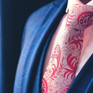 Bielo Ružová Kravata s Červeným Paisley Vzorom