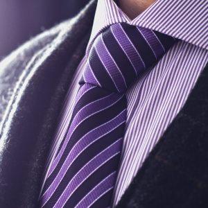 Fialovo čierna hodvábna pásikavá kravata