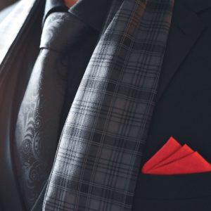 Elegantný pánsky sivý kockovaný šál do obleku
