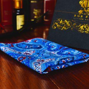 Bavlnená modrá paisley vreckovka do saka s červeným okrajom