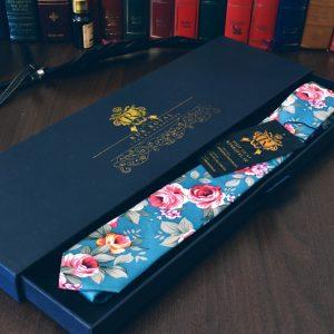 Bavlnená luxusná modrá tyrkysová kravata v prestížnom darčekovom balení RDB Royal