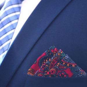 Elegantná pánska červeno zelená paisley náprsná vreckovka do saka