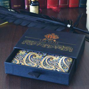 Hodvábna tkaná pánska vreckovka do saka žlto modrá paisley náprsná
