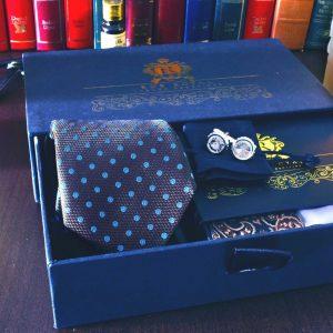 Pánsky hodvábny darčekový hnedý set s hodvábnou kravatou, hodvábnou hnedou paisley vreckovkou a gombíkami swarovski