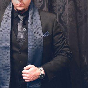 Elegantný pánsky modrý formálny hodvábny šál do saka alebo kabátu