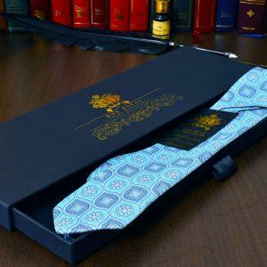 svetlomodrá elegantná hodvábna kravata foulard