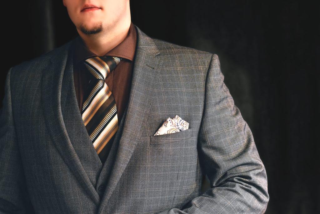 Hnedá kravata, béžovo krémová pásikavá